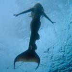 Nuoto con la coda da sirena